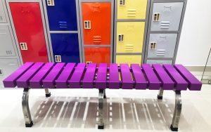 Băng ghế đặt tại khu vực tủ locker sắt