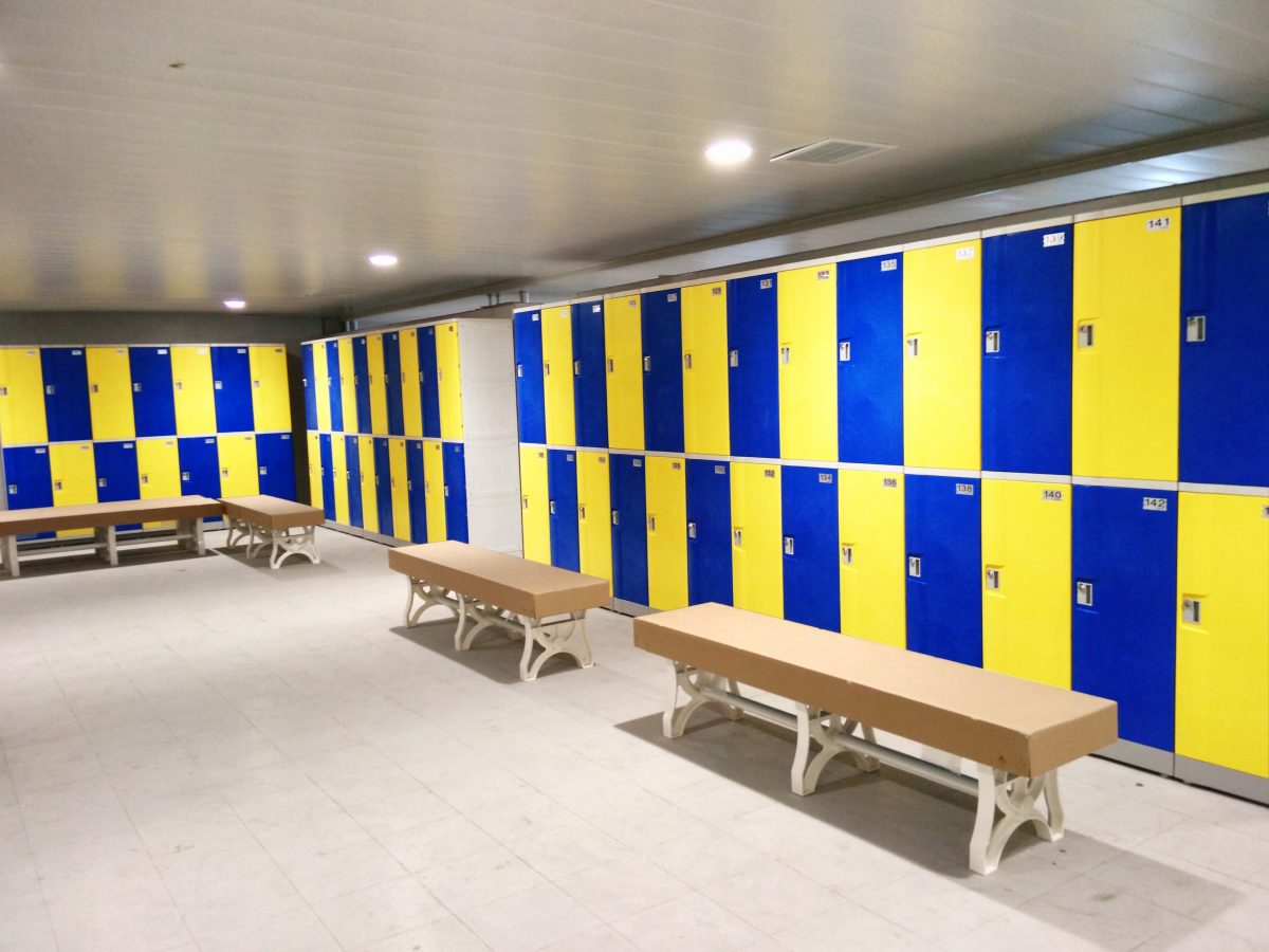 Tủ locker trong phòng thay đồ.